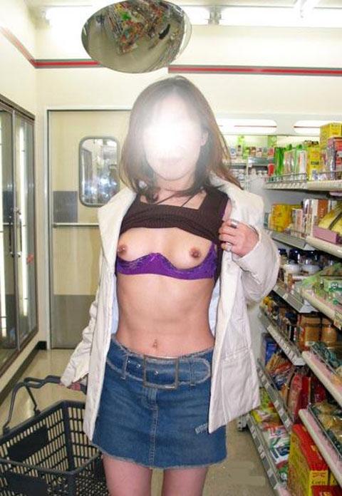 野外露出してるマジキチ淫乱女発見!全裸で買い物くそワロタ 19