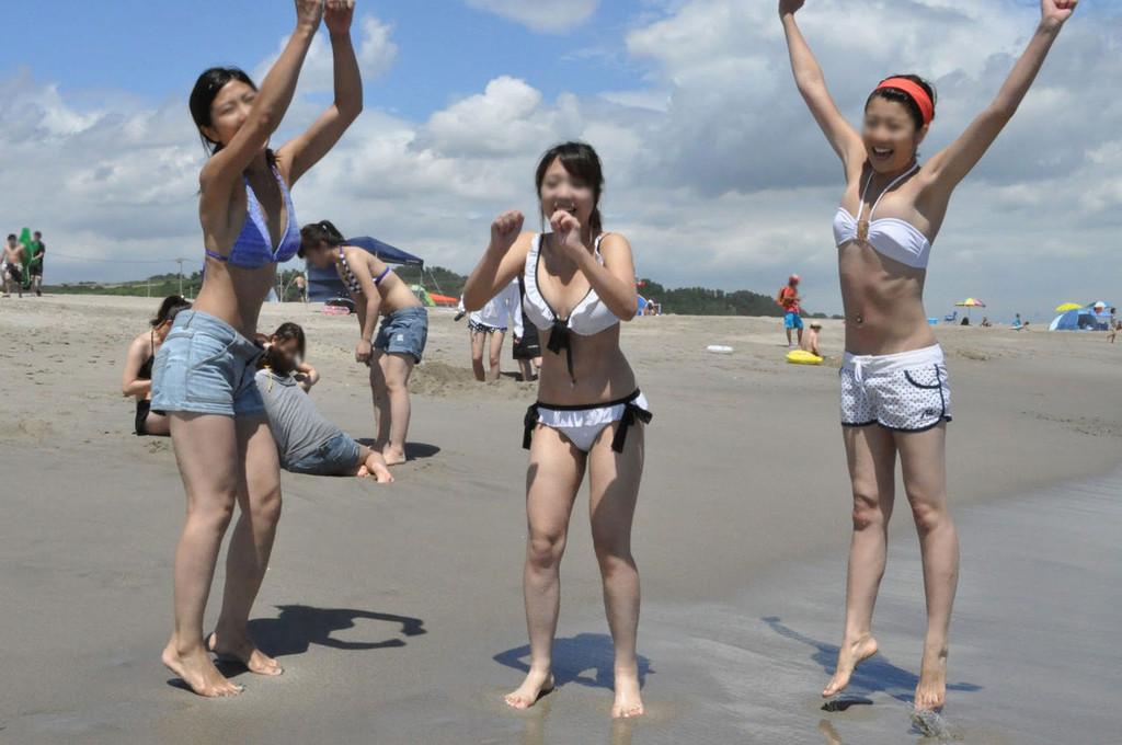 ビーチで遊んでる素人の水着 ビキニ姿のエロ画像 21