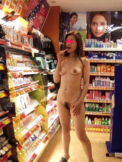 野外露出してるマジキチ淫乱女発見!全裸で買い物くそワロタ 21