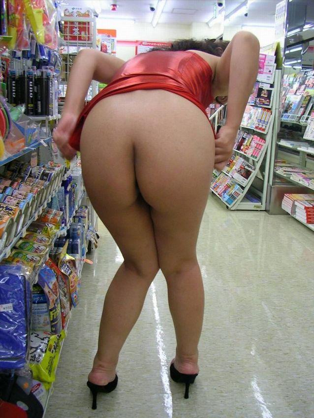 野外露出してるマジキチ淫乱女発見!全裸で買い物くそワロタ 22