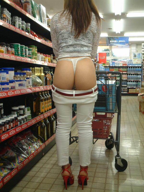 野外露出してるマジキチ淫乱女発見!全裸で買い物くそワロタ 24