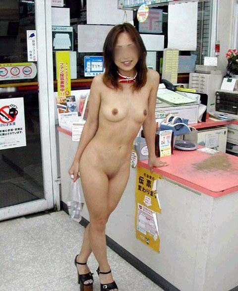野外露出してるマジキチ淫乱女発見!全裸で買い物くそワロタ 26