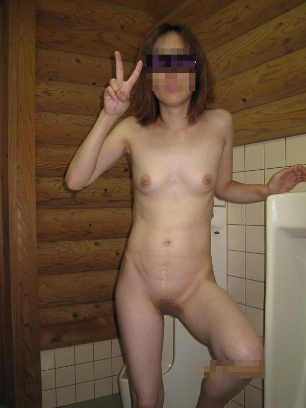 野外露出 公衆便所で撮られた素人女子がマジキチ過ぎる画像 26