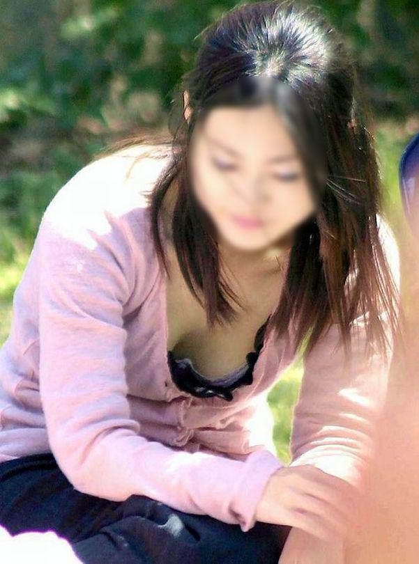 街撮り盗撮 無防備な素人女性の胸チラ画像 29
