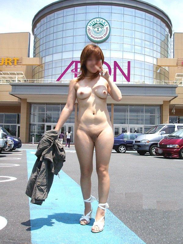 野外露出してるマジキチ淫乱女発見!全裸で買い物くそワロタ 30