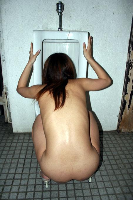 野外露出 公衆便所で撮られた素人女子がマジキチ過ぎる画像 31