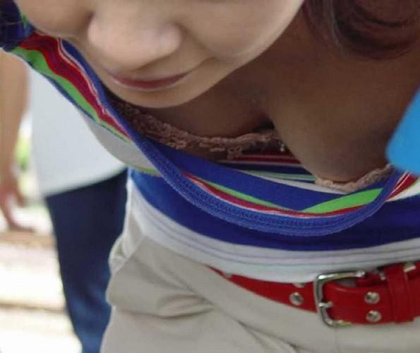 街撮り盗撮 無防備な素人女性の胸チラ画像 33