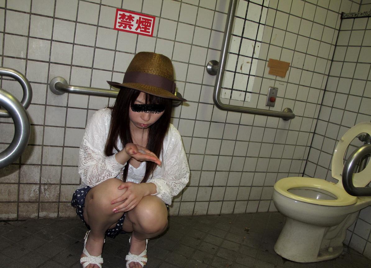 野外露出 公衆便所で撮られた素人女子がマジキチ過ぎる画像 36