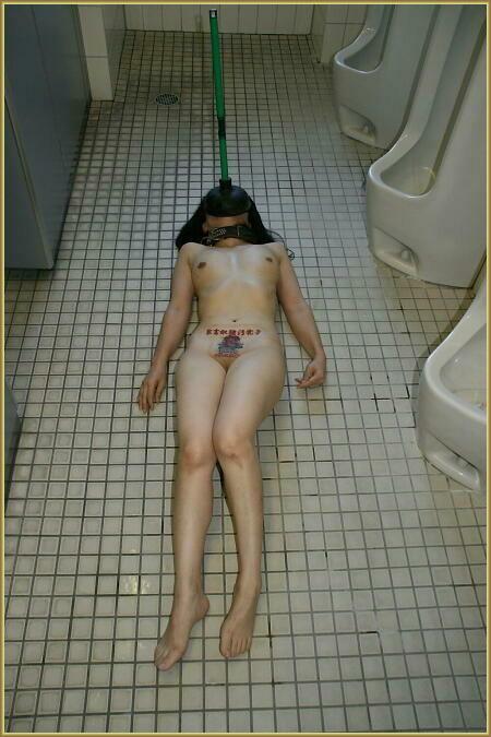 野外露出 公衆便所で撮られた素人女子がマジキチ過ぎる画像 43