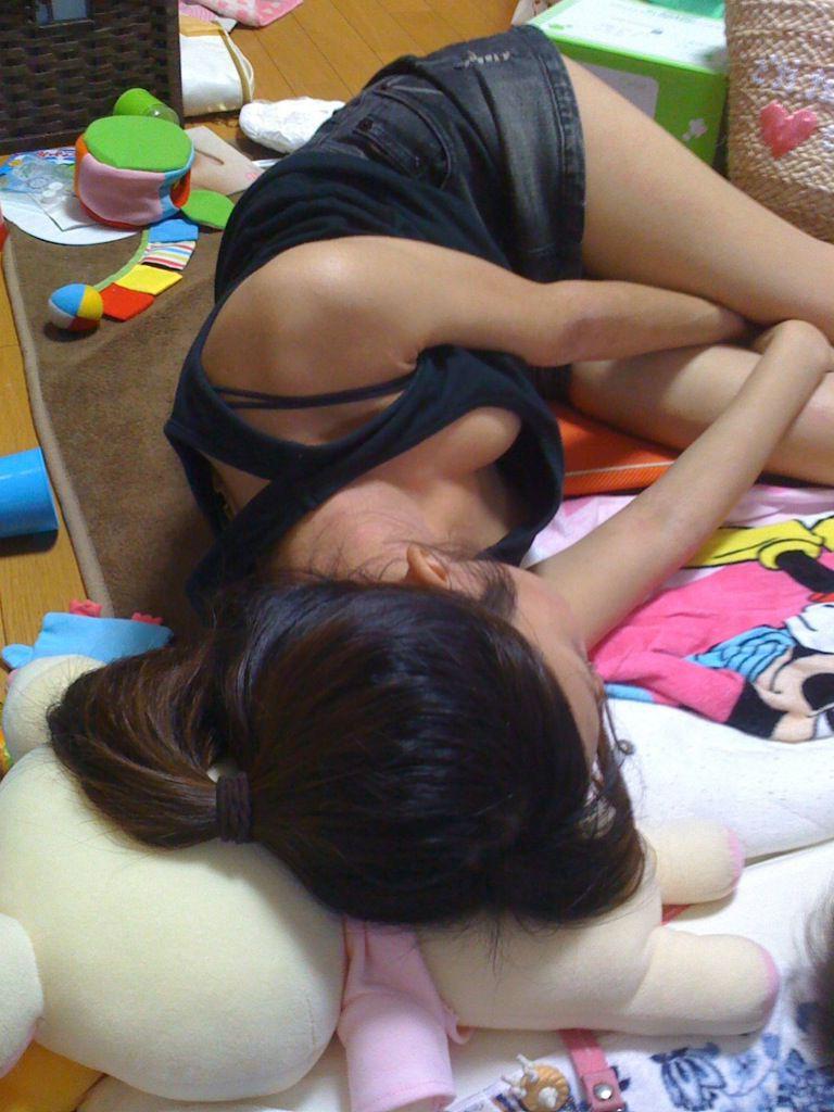 【画像】姉がノーブラで寝てたから写真とったら、結構過激でワロタwwwwwwwwwwwwwwwwwwwww