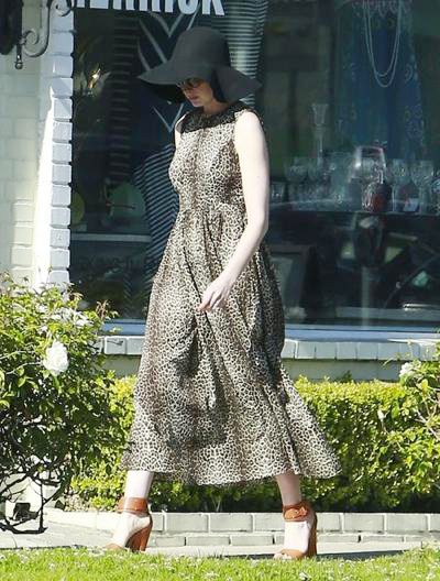 Anne+Hathaway+Out+Shopping+03.jpg