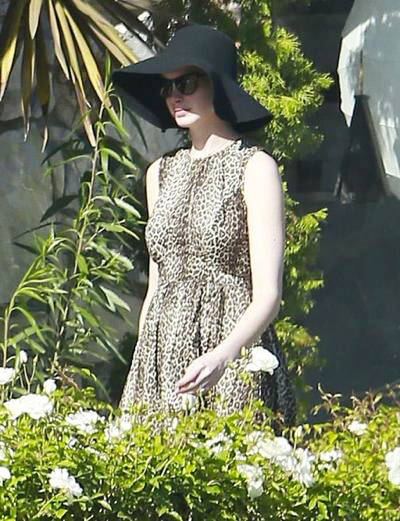 Anne+Hathaway+Out+Shopping+05.jpg