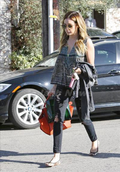 Ashley_Tisdale_140305_03.jpg