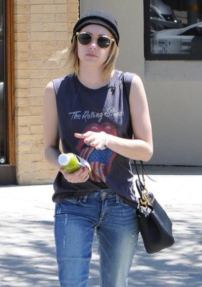 Emma+Roberts+Stops+Pressed+Juicery+01.jpg