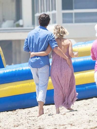 Kaley+Cuoco+Ryan+Sweeting+beach+01.jpg