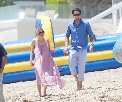 Kaley+Cuoco+Ryan+Sweeting+beach+03.jpg