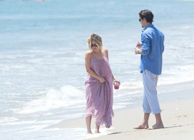 Kaley+Cuoco+Ryan+Sweeting+beach+04.jpg
