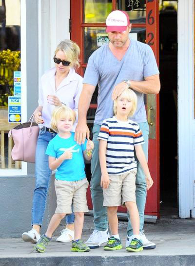 Naomi+Watts+Family+Out+Early+Dinner+Brentwood+20140610_02.jpg