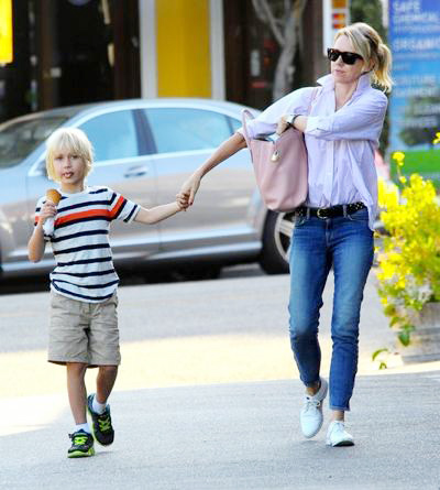 Naomi+Watts+Family+Out+Early+Dinner+Brentwood+20140610_03.jpg
