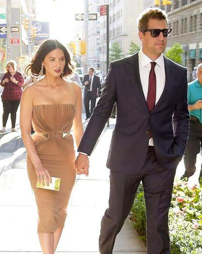 Olivia+Munn+Arron+Rodgers+Walk+Hand+Hand+NYC+20140629_01.jpg