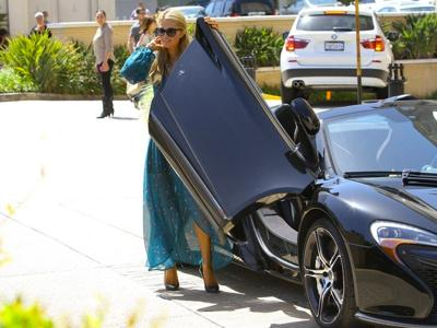 Paris+Hilton+in+her+McLaren+20140624_02.jpg