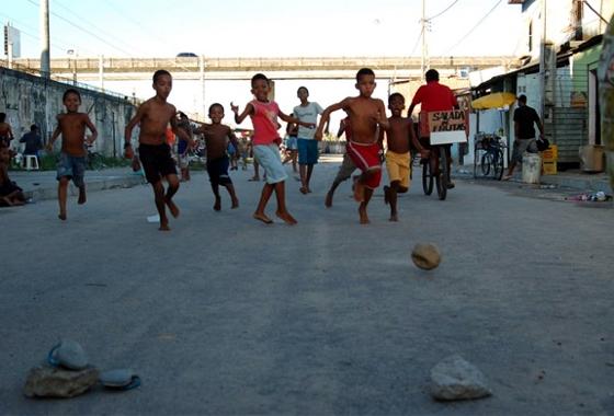 Crianca_futebol_barrinha_560_20140521113238681.jpg