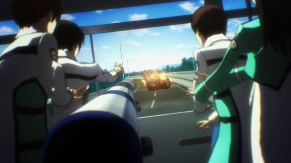 9 炎上する車 バスに接近