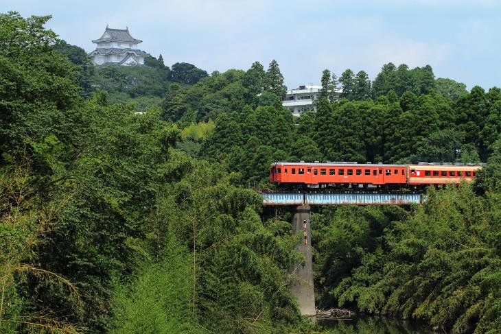キハ52形と大多喜城