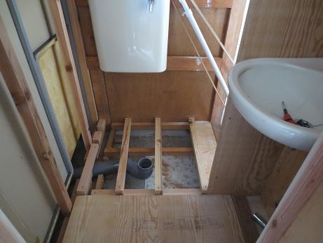 桐生3階トイレ便器の下