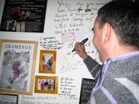 マルク・ペノ パーティ5 サインをするペノさん