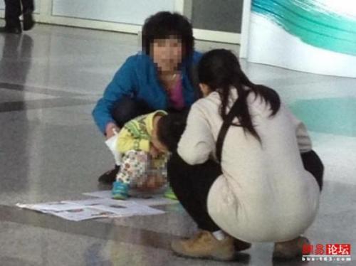 台湾空港 ウンコ ロビー 中国人