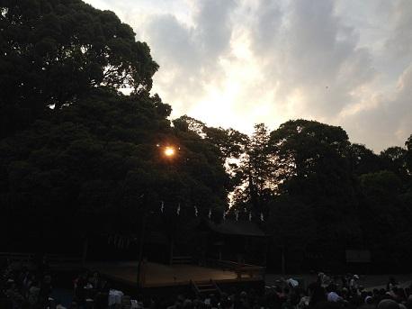 氷川神社暗くなる