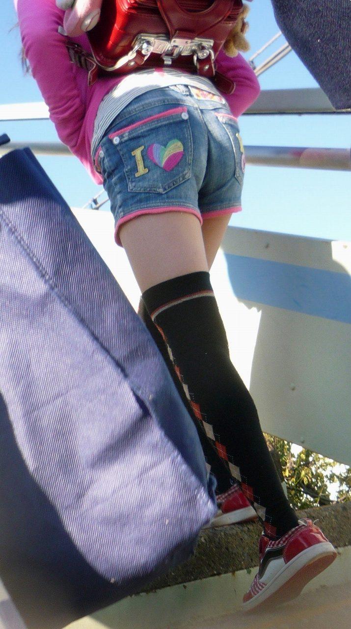 ショートパンツを履いた小学生