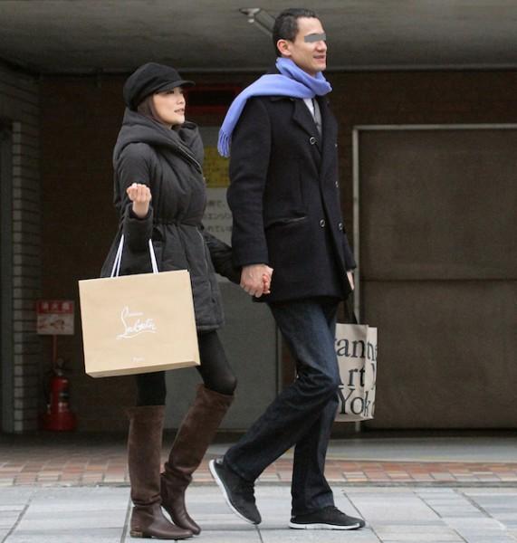 フライデーに撮られた佐藤江梨子と外人恋人のデート画像