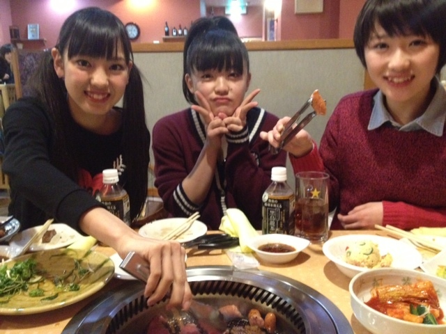 GUのセーター(390円)を着るモーニング娘。'14の工藤遥、飯窪春奈、鈴木香音