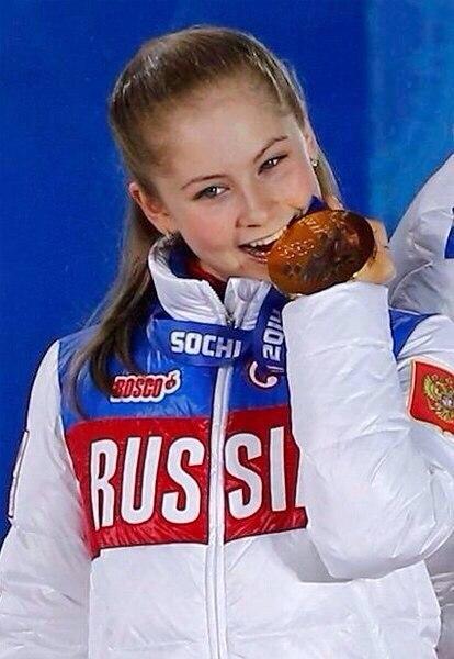 メダルを噛むユリア・リプニツカヤ