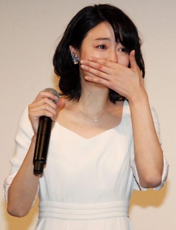 会見冒頭に思わず感涙する小林涼子
