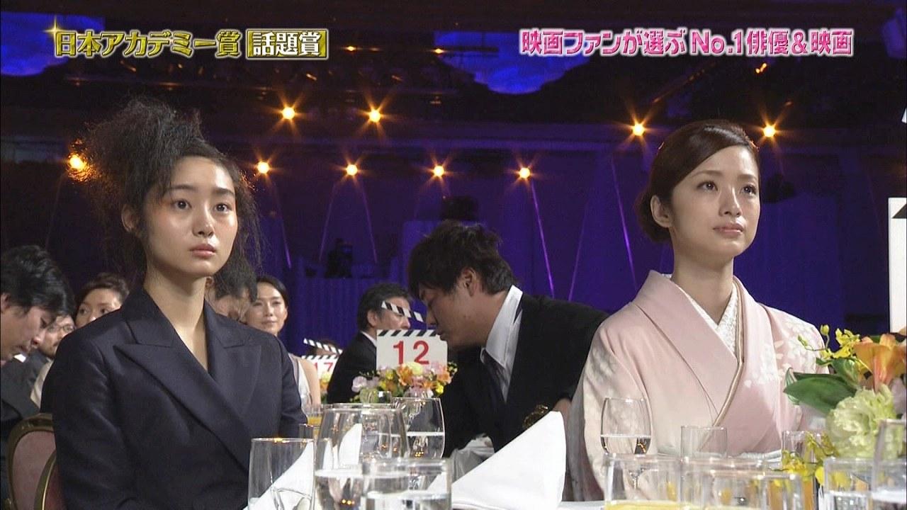 第37回日本アカデミー賞授賞式での忽那汐里と上戸彩