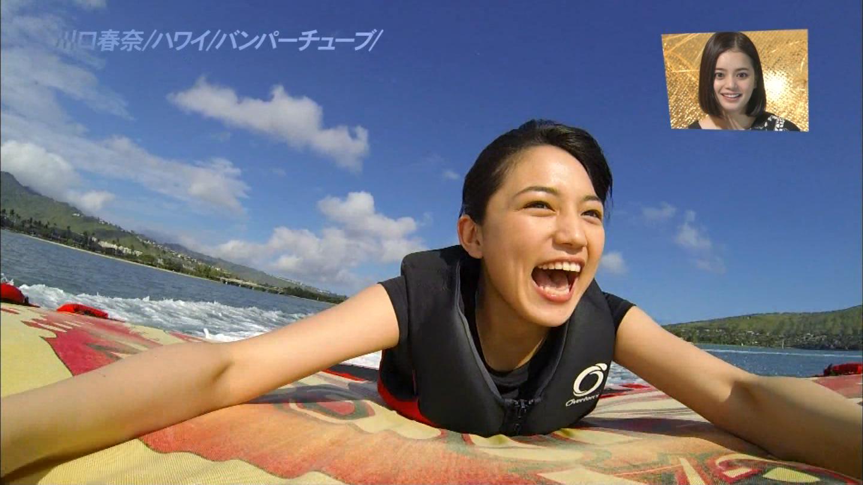 ハワイでバンパーチューブをする川口春奈