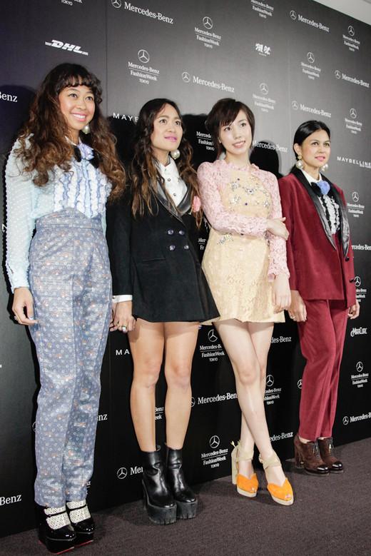 「メルセデス・ベンツ ファッション・ウィーク東京」のオープニングショーに来場した仲里依紗とタイブランド、スレトシスのスクハフタ3姉妹
