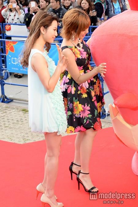 第6回沖縄国際映画祭レッドカーペットイベントでの水沢アリーと菊地亜美