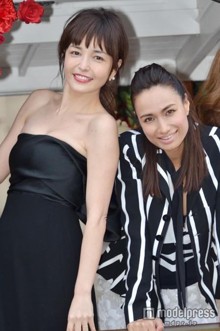 「オトナミューズ」創刊記念イベントに登場した梨花、佐田真由美