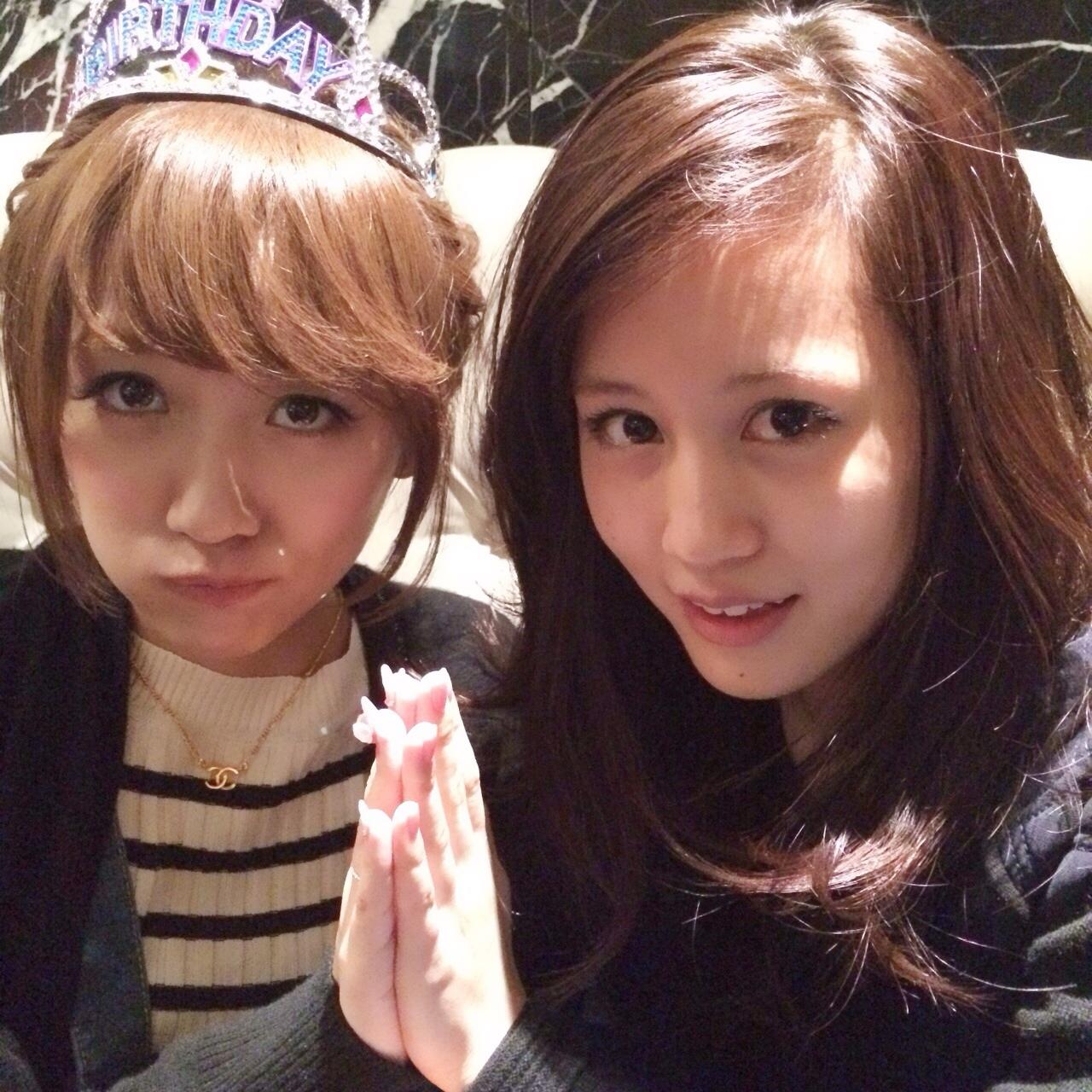 高橋みなみの誕生会に出席した前田敦子と高橋みなみのツーショット