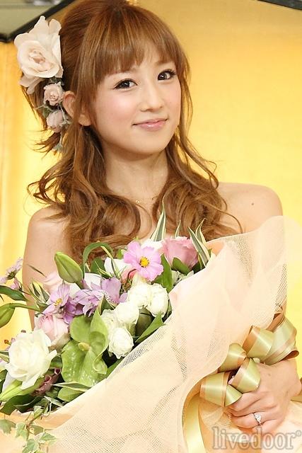 結婚会見をした小倉優子