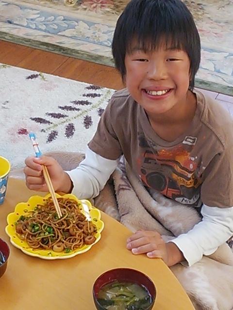 北斗晶が朝食に作った焼きそばを食べる息子
