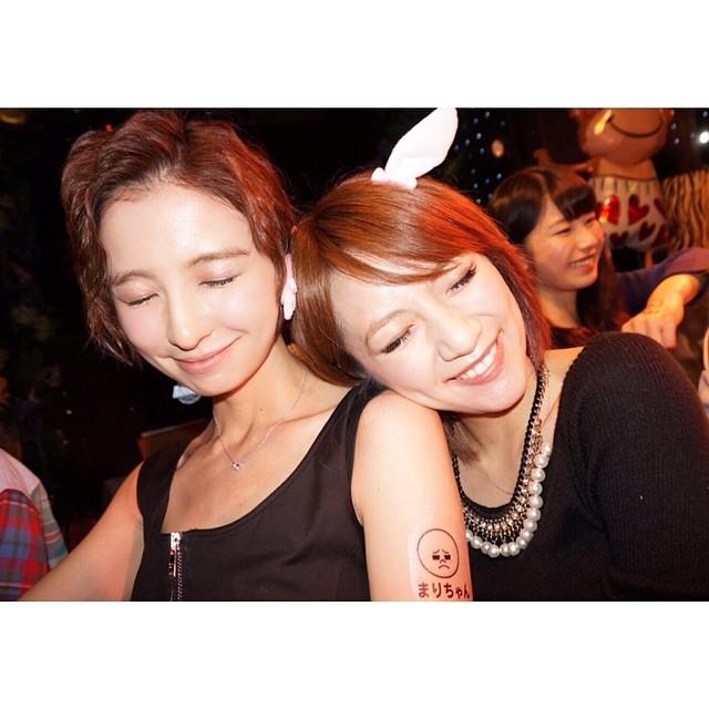 小嶋陽菜誕生会での篠田麻里子と小嶋陽菜 篠田麻里子の髪型が酷い