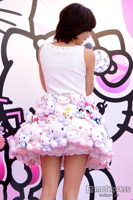「Rady×Hello Kitty」期間限定コラボショップのオープン記念イベントに超ミニスカートで登場した釈由美子
