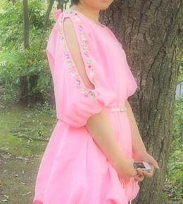 加藤茶の嫁(綾菜)が自身のサイトPEで発売したショルダービジューワンピース