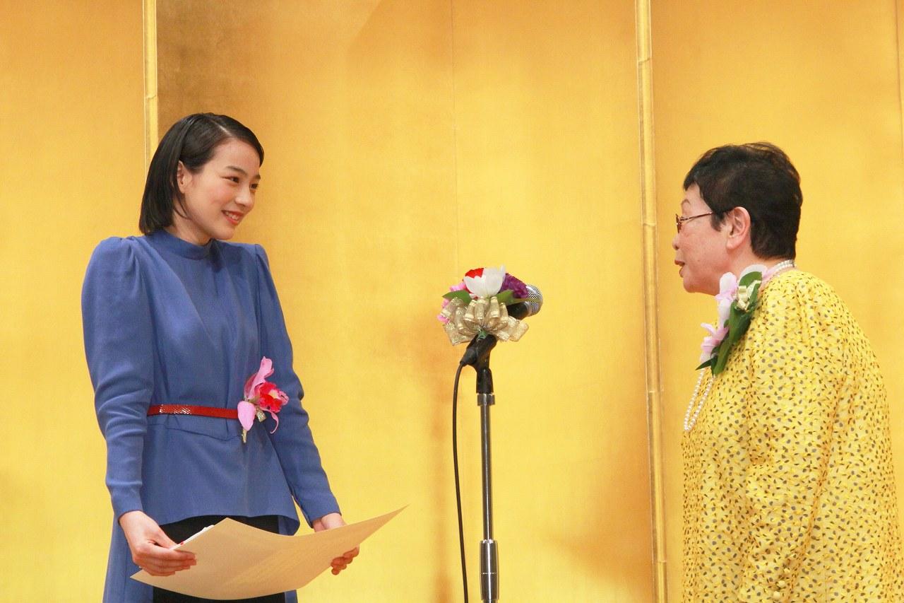 第22回橋田賞授賞式、新人賞を受賞した能年玲奈と橋田壽賀子