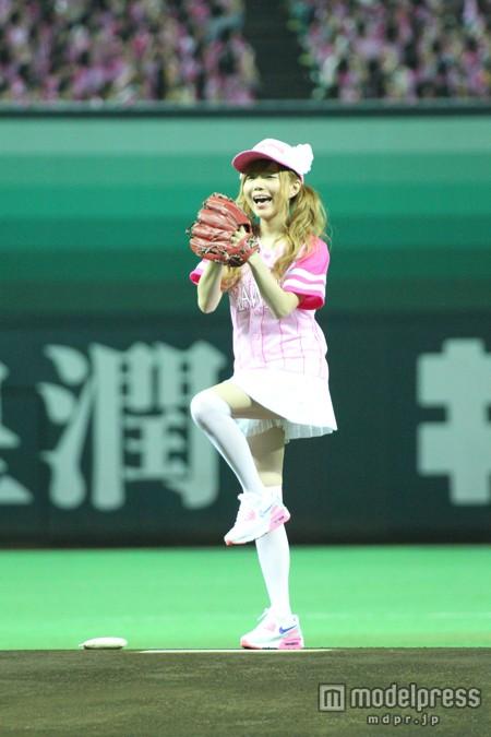 ピンクのユニホームで始球式を行った益若つばさの太もも